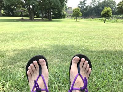 芝生とワラーチ